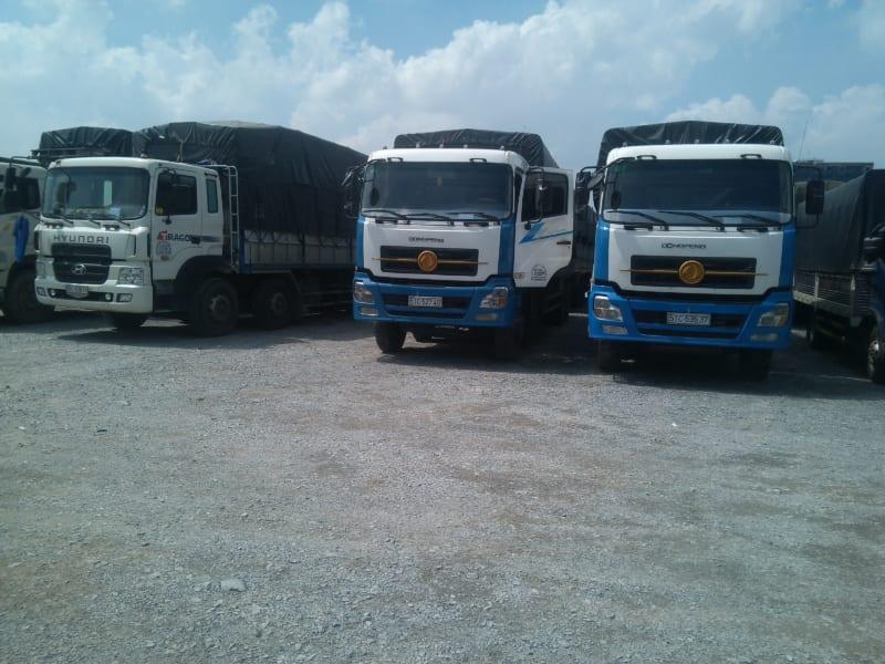 Xe tải vận chuyển hàng hóa đi tỉnh